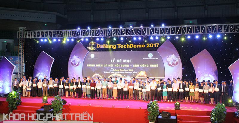 5.Ban Tổ chức trao Giấy chứng nhận/Kỷ niệm chương cho các đơn vị tham gia trình diễn công nghệ tại sự kiện.