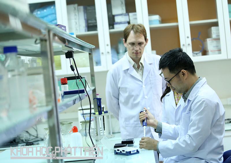 Nghiên cứu viên làm việc tại Phòng thí nghiệm Sinh học phân tử, Đại học Duy Tân, Đà Nẵng. Ảnh: Lê Phượng