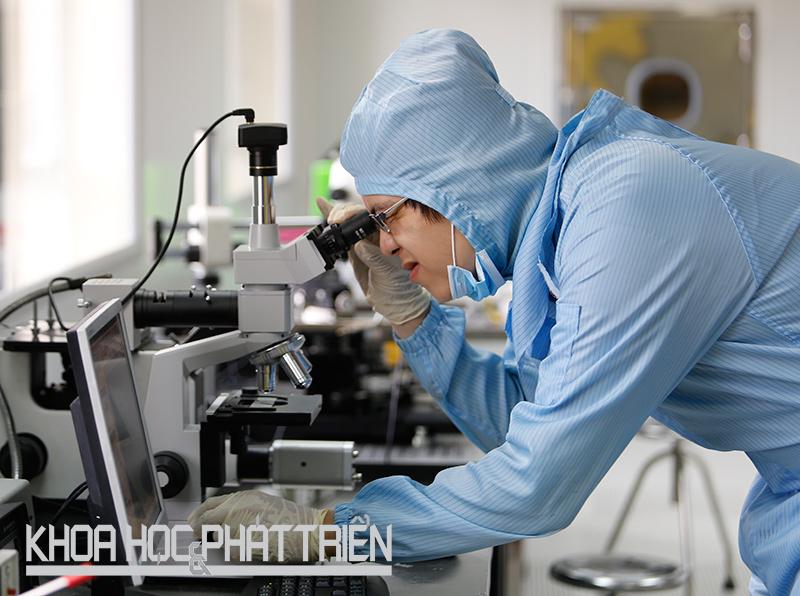 Nghiên cứu viên quan sát các kim loại qua kính hiển vi tại phòng sạch của Trung tâm Nano và Nănglượng - Đại học Khoa học Tự nhiên (ĐH Quốc gia Hà Nội). Ảnh: Loan Lê