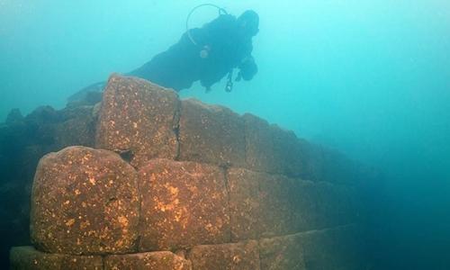Lâu đài cổ dưới nước ở Thổ Nhĩ Kỳ. Ảnh: National Geographic