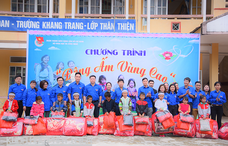 Cán bộ, Đoàn viên thanh niên Bộ KH&CN trao quà cho các em học sinh tại trường TH Lạc Long, huyện Hòa An, tỉnh Cao Bằng