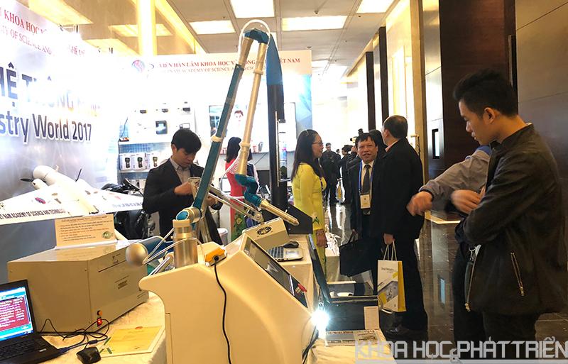Khách tham quan tại gian hàng giới thiệu công nghệ của Viện Hàn lâm KH&CN Việt Nam.