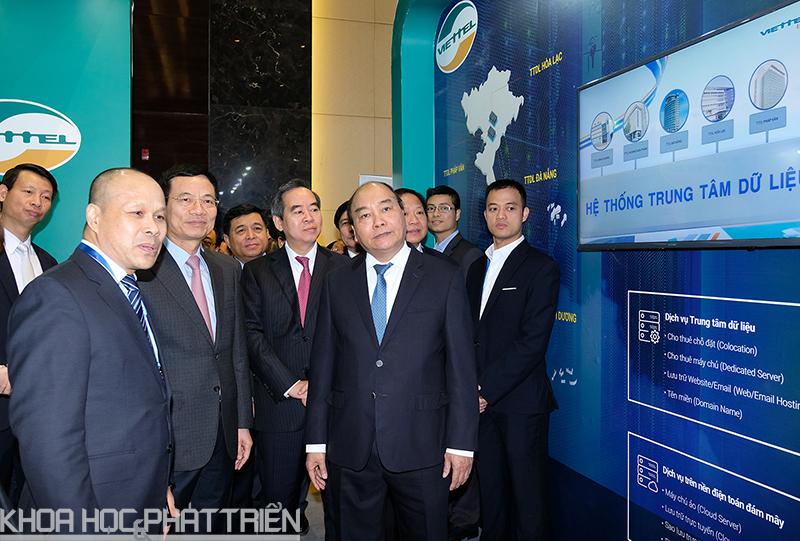 Thủ tướng và các đại biểu tham quan gian hàng của Viettel tại triển lãm.