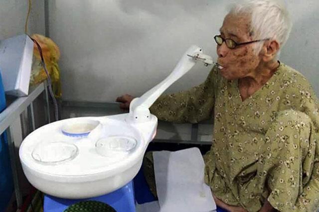 Thiết bị đút thức ăn cho người bệnh, người già được thử nghiệm thành công. Ảnh: Nhóm sinh viên cung cấp.