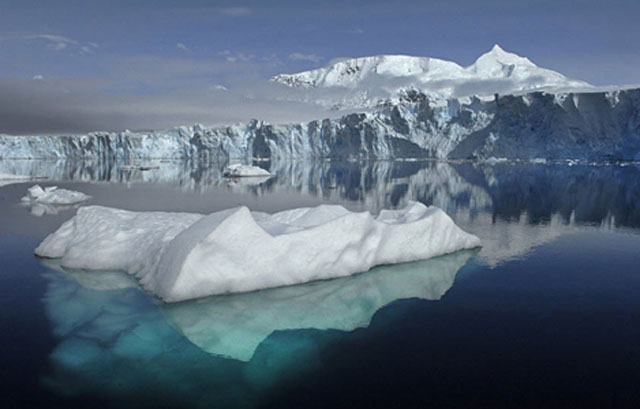 Tàu thuyền hoạt động trên biển có khả năng va chạm với băng trôi. Ảnh: Christian Science Monitor.