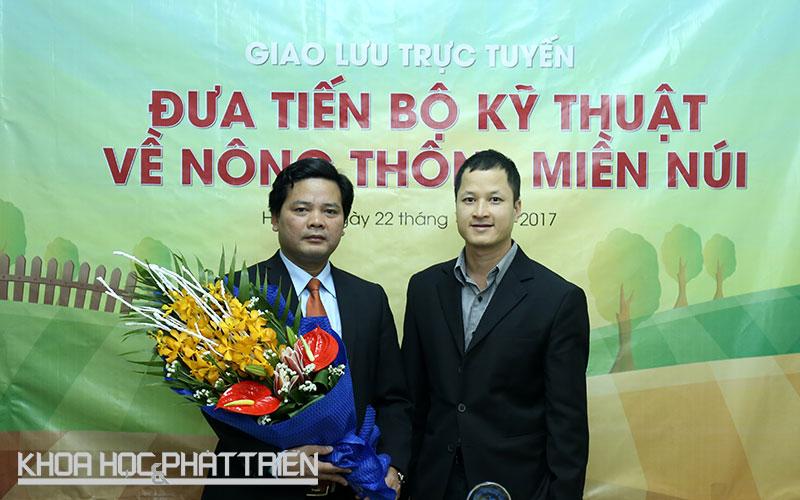 ông Nguyễn Thế Ích - Chánh văn phòng Chương trình Nông thôn - Miền núi (trái) tham gia chương trình giao lưu.