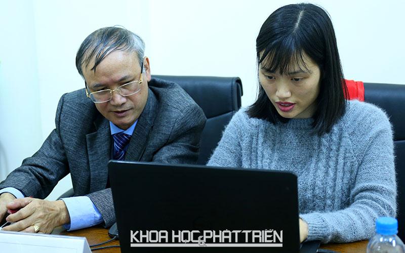 Tiến sĩ Nguyễn Văn Liễu (trái) trả lời câu hỏi của bạn đọc.