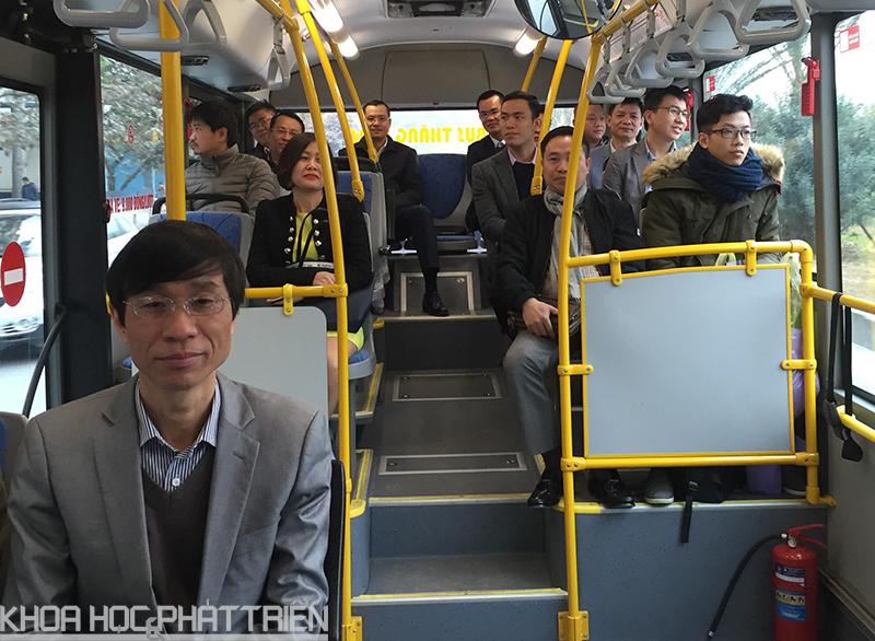 Lãnh đạo Ban, các cán bộ, công chức, viên chức của Ban Quản lý Khu Công nghệ cao Hòa Lạc đã trải nghiệm chất lượng dịch vụ tuyến buýt số 107 từ Trụ sở Bộ Khoa học và Công nghệ đến Khu Công nghệ cao Hòa Lạc.