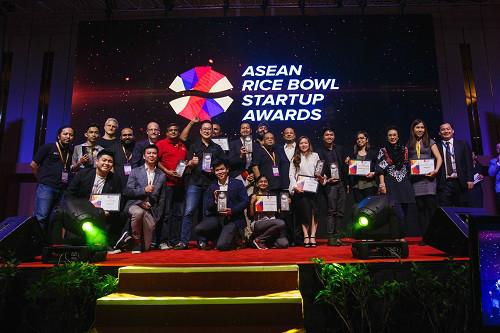 Các startup giành giải tại cuộc thi chụp ảnh lưu niệm. Ảnh: BTC cung cấp.