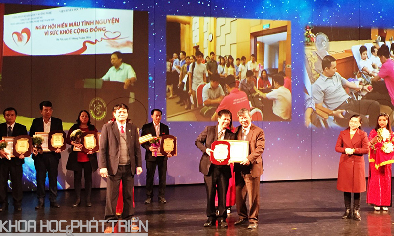 Nguyên Viện trưởng Viện Huyết học Truyền máu Trung ương Nguyễn Anh Trí (trái) trao Bằng khen cho Đại diện Công đoàn Bộ KH&CN