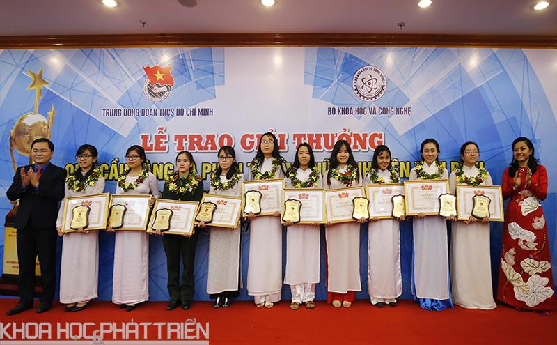 Đại diện Ban tổ chức và nhà trài trợ trao Phần thưởng nữ sinh viên tiêu biểu trong lĩnh vực kỹ thuật năm 2017