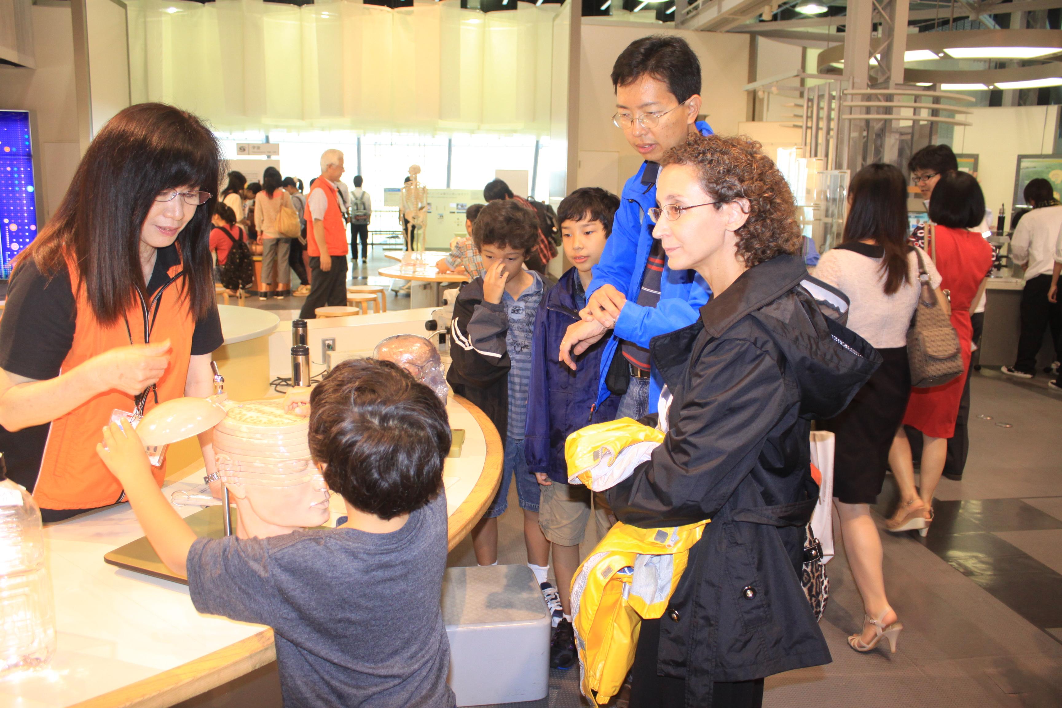 Hoạt động trải nghiệm tại Bảo tàng Quốc gia về khoa học và sáng tạo tiên tiến Nhật Bản (Miraikan)