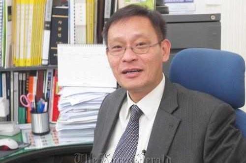 Kim Ung-Yong từng được coi là thần đồng Hàn Quốc. Mới 6 tháng, ông đã có  thể nói tiếng Hàn cùng vài ngôn ngữ khác.