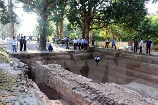 Các đại biểu tham quan điểm khai quật tại chùa Linh Sơn-thuộc Khu di tích Óc Eo, tại ấp Trung Sơn, thị trấn Óc Eo, huyện Thoại Sơn, tỉnh An Giang. (Ảnh: Công Mạo/TTXVN)
