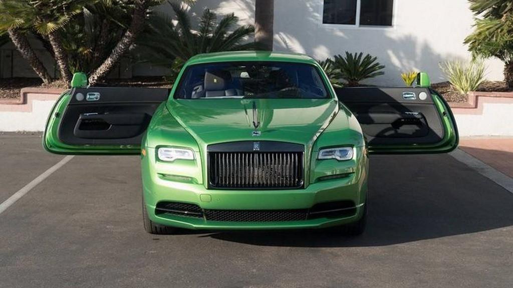 Cụ thể, chiếc coupe này đã được sơn màu Java Green bởi đội ngũ tài năng làm việc tại một nhà máy ở Goodwood. Thực tế, màu Java Green này do chính thương hiệu BMW tạo ra và được áp dụng cho khá nhiều xe nhà BMW như Alpina B7 Java Green.