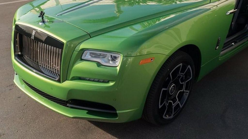 Một điểm nhấn khác trên xe là biểu tượng Spirit of Ecstasy trên mui xe và một vài chi tiết được hoàn thành trong màu tối hoàn toàn. Đây không phải là màu đen thông thường vì chương trình sơn đa lớp khá công phu của Rolls-Royce.
