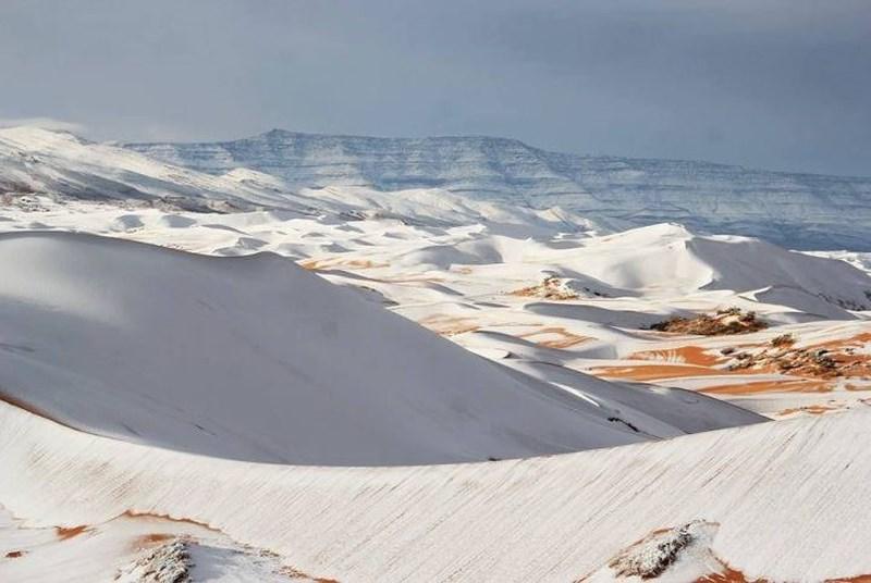 Hiện tượng thời tiết bất thường tạo nên khung cảnh thiên nhiên kỳ vĩ trên sa mạc Sahara