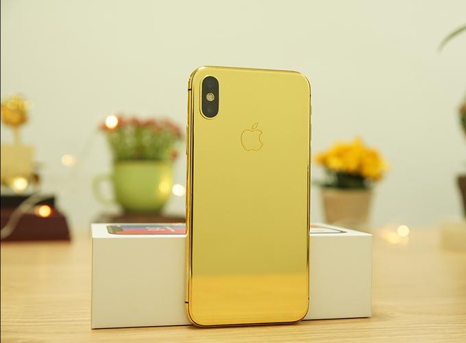 Đánh đổi cho tông màu vàng bóng tạo cảm giác sang trọng và khác biệt so với phiên bản gốc, iPhone X mạ vàng 24K của Golden Gift cũng còn tính năng sạc không dây. Do can thiệp vào thiết kế, máy cũng mất khả năng chống nước như sản phẩm nguyên bản.