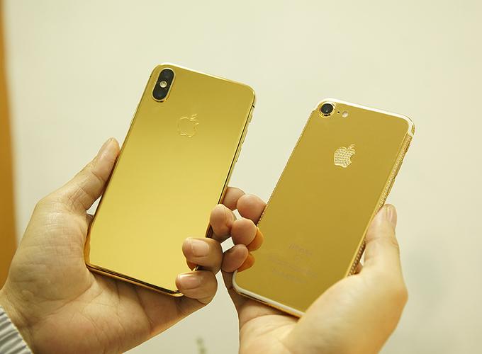 So với mặt kính nguyên bản, iPhone 8 và iPhone X mạ vàng nặng nhưng cầm bám tay hơn so với cũ. So với kính nguyên bản, mặt lưng vàng bóng không chỉ bám vân tay mà còn dễ xước hơn.