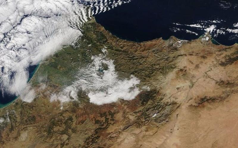 Ảnh chụp vệ tinh của Cơ quan hàng không vũ trụ Mỹ NASA cho thấy tuyết xuất hiện trên sa mạc Sahara