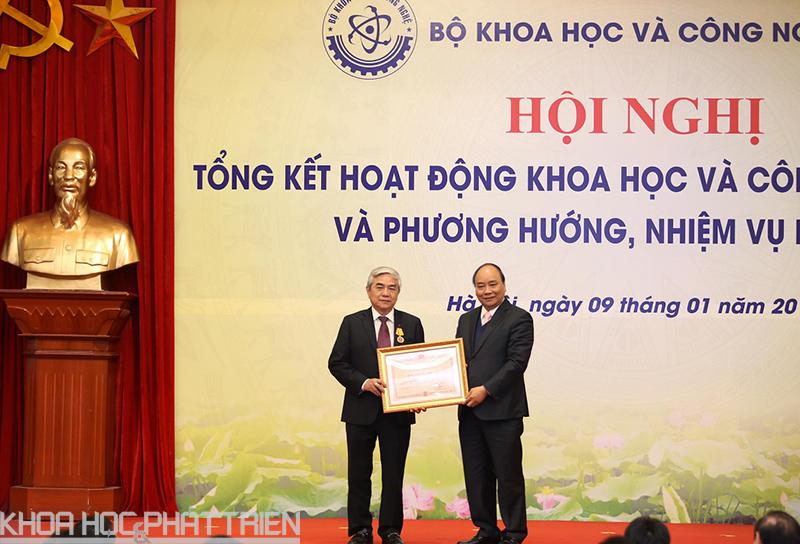 Thủ tướng Chính phủ Nguyễn Xuân Phúc trao Huân chương Độc lập hạng Ba cho ông Nguyễn Quân.