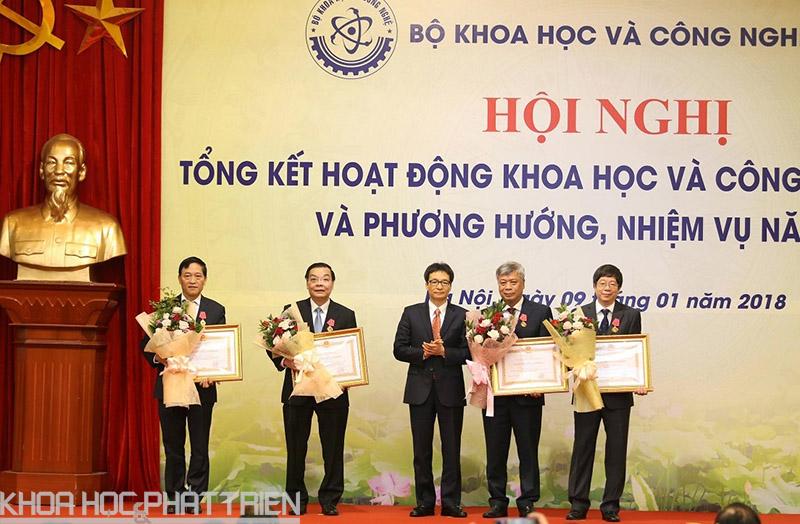 Phó Thủ tướng Vũ Đức Đam trao tặng Huân chương lao động cho Bộ trưởng Chu Ngọc Anh, Thứ trưởng Trần Quốc Khanh, Trần Văn Tùng và nguyên Thứ trưởng Trần Việt Thanh.