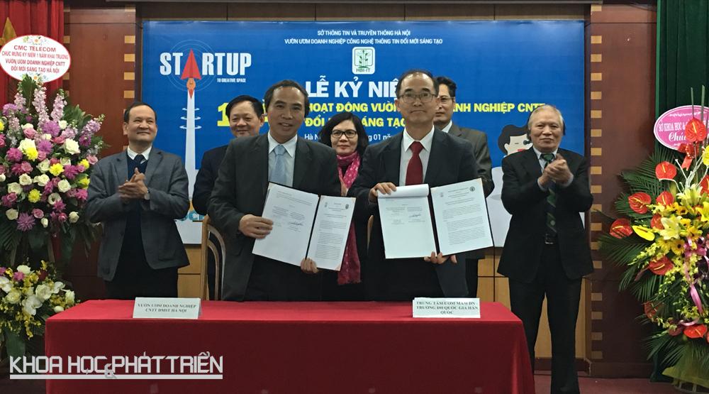 Ông Vũ Tấn Cương đại diện Vườn ươm ký thỏa thuận hợp tại với đại diện Trường đại học giao thông quốc gia Hàn Quốc. Ảnh: NV