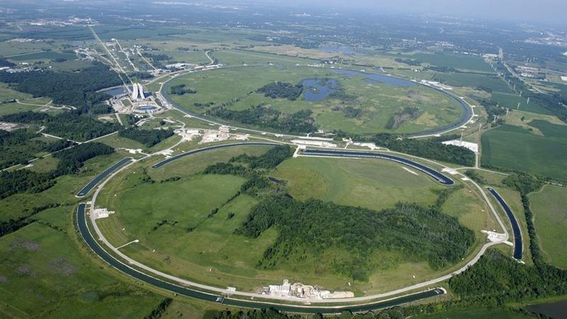 Máy gia tốc hạt lớn (Large Hadron Collider - LHC) là máy gia tốc hạt lớn nhất thế giới do Tổ chức Nghiên cứu Hạt nhân châu Âu (CERN) chế tạo. LHC nằm trong một đường hầm hình tròn tại biên giới Pháp – Thụy Sĩ với chu vi 27 km. Các nam châm điện trong cỗ máy có thể giúp tăng tốc các hạt đến gần vận tốc ánh sáng. Ảnh: Flickr.