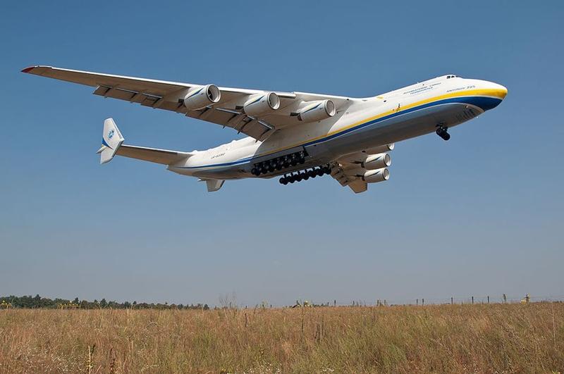 Antonov AN-225 là chiếc máy bay lớn nhất thế giới có chức năng vận chuyển hàng hóa. Sải cánh của nó dài 88 m với trọng tải tối đa 640 tấn. Antonov AN-225 được sản xuất vào thập niên 1980 để vận chuyển tàu vũ trụ của Liên Xô. Ngày nay Antonov AN-225 hoạt động ở hãng hàng không Antonov (Ukraine) với tên gọi là Mriya. Ảnh: Wikimedia.