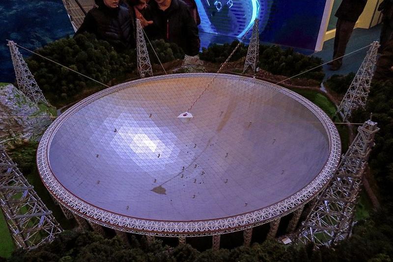FAST – kính thiên văn vô tuyến lớn nhất thế giới – được xây dựng tại huyện Bình Đường, tỉnh Quý Châu, Trung Quốc. Đường kính của nó là 500 m. Sau 5 năm thiết kế và xây dựng, FAST bắt đầu đi vào hoạt động từ năm 2016. Ảnh: Wikimedia.
