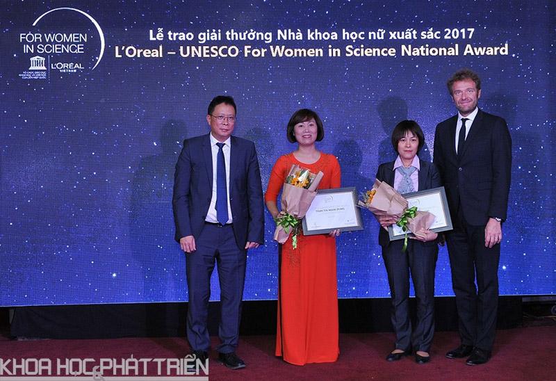 Ban tổ chức trao thưởng cho 2 nhà khoa học nữ xuất sắc năm 2017 là PGS.   TS   Nguyễn  Thị Hoài (thứ hai từ phải qua) và TS. Trần Thị Ngọc Dung (áo dài cam)