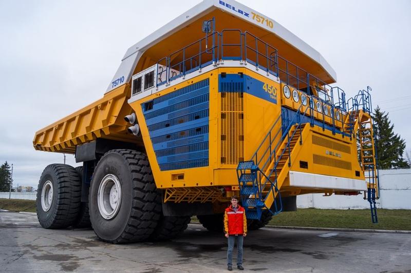 Belaz 75710 là xe tải chở hàng có sức chứa lớn nhất thế giới do hãng Belaz tại Belarus chế tạo. Nó có chiều cao 8,2 m, rộng 20,7 m và nặng gần 386 tấn. Tốc độ tối đa của chiếc xe là 64 km/h. Ảnh: Shutterstock.