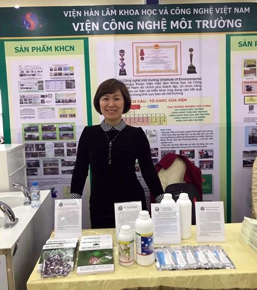 TS Trần Thị Ngọc Dung với các sản phẩm trưng bày tại triển lãm thành tựu nghiên cứu khoa học của Viện Hàn lâm Khoa học và Công nghệ Việt Nam lần thứ hai. Ảnh: HỒNG THỦY.