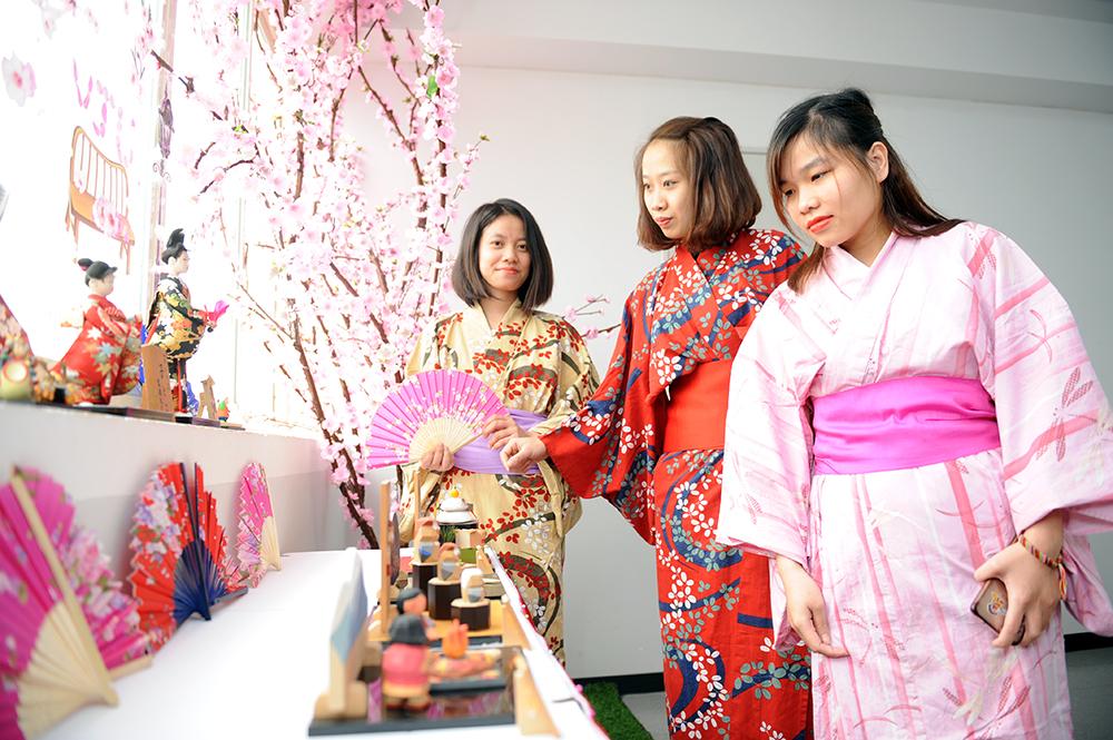 Người tham dự được trực tiếp trải nghiệm và giao lưu văn hóa Nhật Bản. Trong hình là lễ phục Yukata. Ảnh: VJU cung cấp