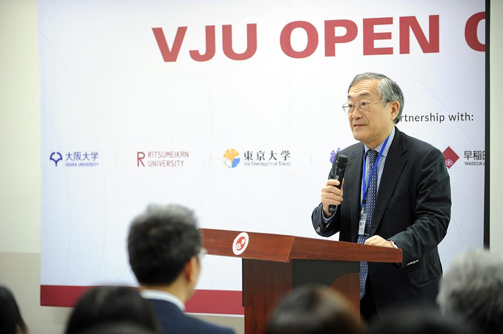 GS Furuta Motoo, hiệu trưởng Đại học Việt Nhật phát biểu khai mạc sự kiện VJU Open Campus. Ảnh: VJU cung cấp