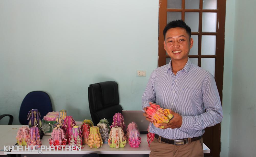 Anh Dương Hoàng Thông người luôn trăn trở việc làm nến sạch để cung cấp cho người tiêu dùng. Ảnh: NV