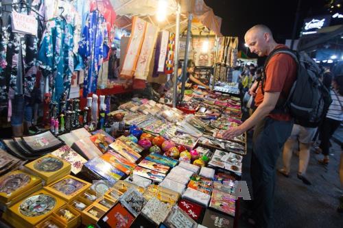 Du khách tham quan và mua hàng trên phố Hàng Ngang - Hàng Đào. Ảnh: Trọng Đạt/TTXVN