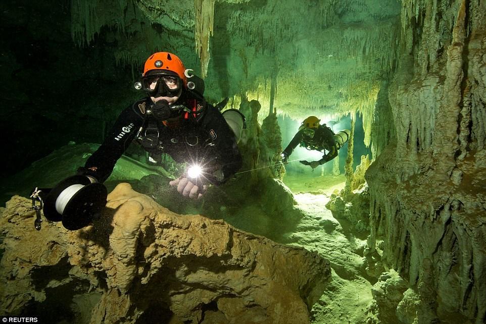 Nhóm các nhà khoa học trên làm việc trong dự án The Gran Acuifero Maya. Họ đã mất khoảng 10 tháng lặn và len loi qua các khe hẹp trong hang động Sac Actun. (Nguồn: Reuters)