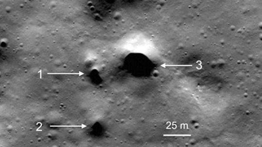 Một miệng hố lớn tại vùng Philolaus Crater - gần cực Bắc mặt trăng, nơi các nhà khoa học kỳ vọng sẽ là một trong những cánh cổng dẫn đến thế giới của băng và nước ngầm - ảnh: NASA