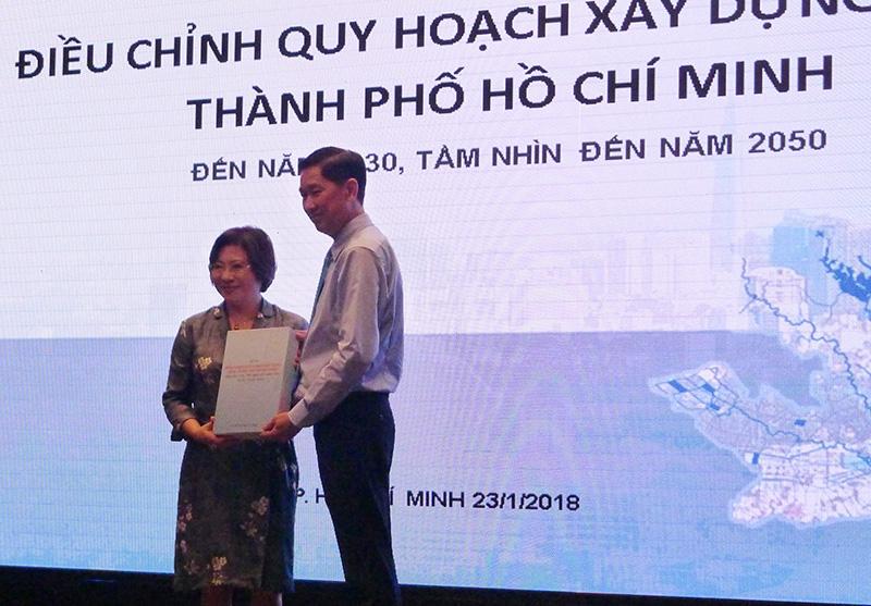 Bà Phan Thị Mỹ Linh trao hồ sơ điều chỉnh quy hoạch xây dựng vùng TPHCM cho ông Trần Vĩnh Tuyến