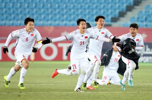Các cầu thủ U23 Việt Nam đem theo áo ấm và găng tay khi thi đấu dưới tiết trời lạnh ở Trung Quốc. Ảnh: Anh Khoa.  Các cầu thủ U23 Việt Nam chú trọng mặc áo ấm và găng tay khi thi đấu dưới tiết trời lạnh ở Trung Quốc. Ảnh: Anh Khoa.