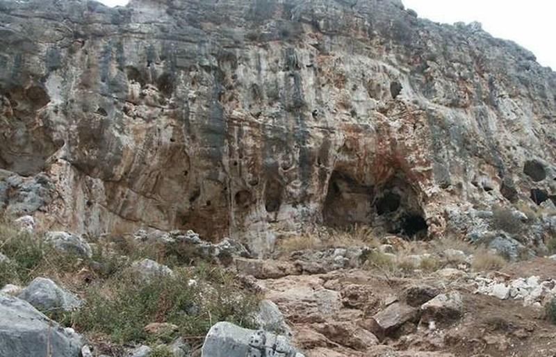 Hang động nơi phát hiện ra mẩu hóa thạch. Ảnh: Haifa University