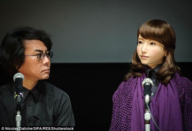 Erica cùng nhà sáng chế Ishiguro.