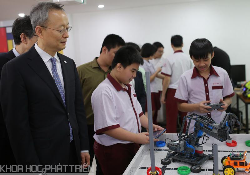 Bộ trưởng Paik Un Gyu thăm quan một số hoạt động tại SIHUB