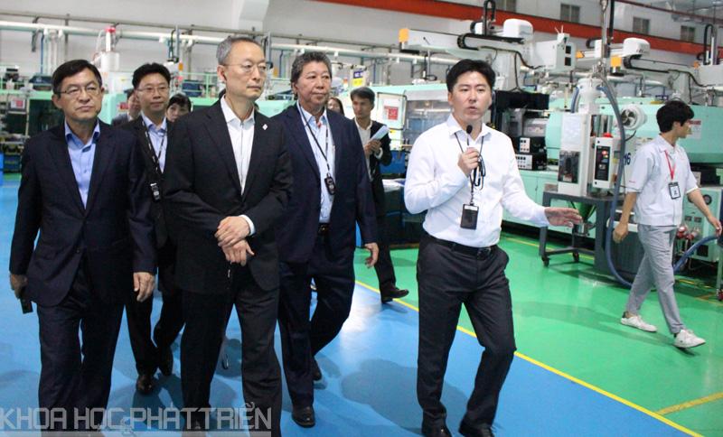 Bộ trưởng Ung Yu Paik tham quan nhà máy sản xuất của Công ty Minh Nguyên