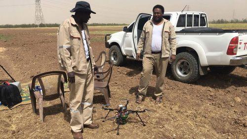 Mohammed (trái) và Hatem (phải) thử nghiệm máy bay không người lái ngoài thực địa.