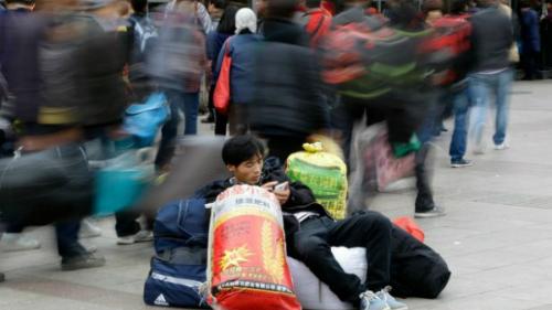 Một người dùng smartphone trên phố tại Trung Quốc.