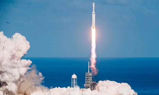 Tên lửa SpaceX Falcon Heavy phóng tại Trung tâm Vũ trụ Kennedy, ngày 6/2/2018. (Jim Watson/AFP/Getty)