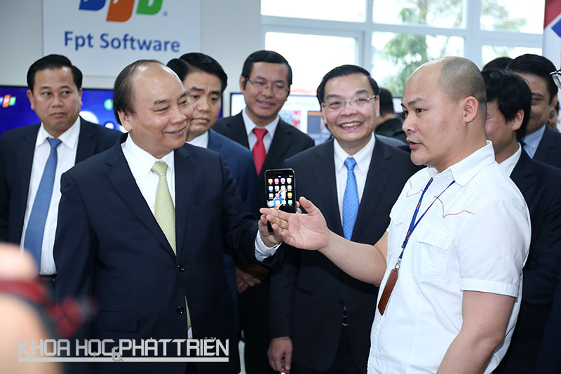 Thủ tướng Nguyễn Xuân Phúc thăm khu trưng bày các sản phẩm công nghệ tại Khu Công nghệ cao Hòa Lạc.