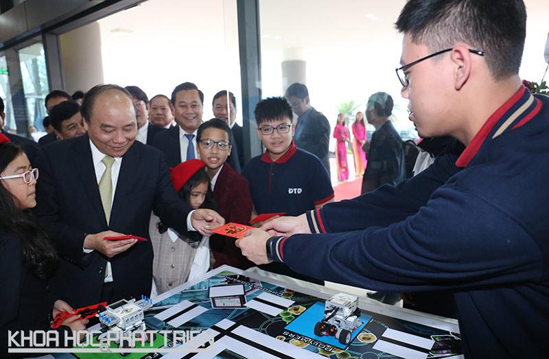 Thủ tướng Nguyễn Xuân Phúc thăm khu trưng bày các sản phẩm công nghệ tại Khu Công nghệ cao Hòa Lạc. Ảnh: Loan Lê
